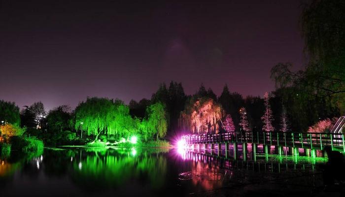冯林川:现代中式园林中的亭、廊、榭采用柱头壁灯,瓦楞照部分则多采用小射灯。硬质景观一般采用泛光照明和内透照明较多,比如园林中的景墙、小品等。软质景观采用投光、水底照明、线性照明较多,例如植被可采用的投光方式较多,诸如用下投射、上投射、侧投射等等。有时候自下而上透过树叶的光线使树体发光,强调质感和形式;有时候模仿太阳或月亮的效果,自上而下将树叶的阴影投向地面;有时候从侧面投光将一些枝叶稀疏的植被剪影投向墙壁等等;要根据实地植被分布特征而定。